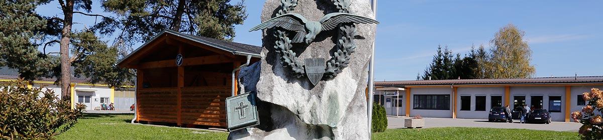 Sliderbild Gedenkstein Fliegerschule und Fliegerregiment, Fliegerhorst Hinterstoisser, 8740 Zeltweg, Steiermark